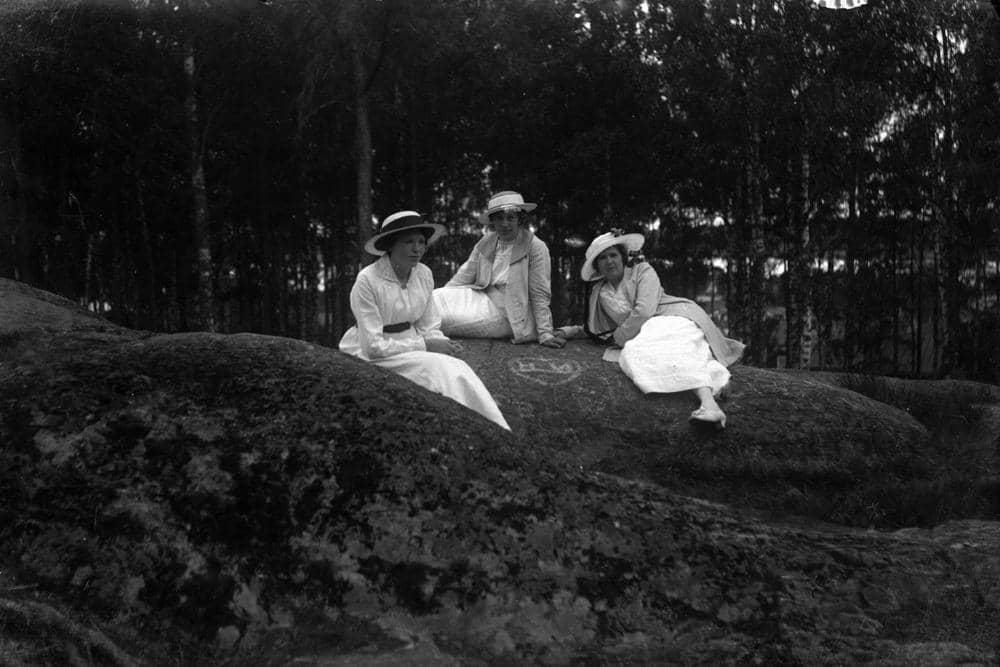 Tre unga kvinnor på en sten. I mitten Ingrid Pettersson och till höger  Hildur Pettersson (givarens fastrar). 1910 f915b15b9ecc7