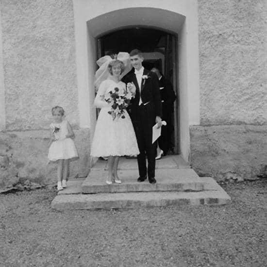 45dc3d9d7aed Gällersta kyrka, bröllop, brudpar och bröllopsgäster. Ramströms bröllop.